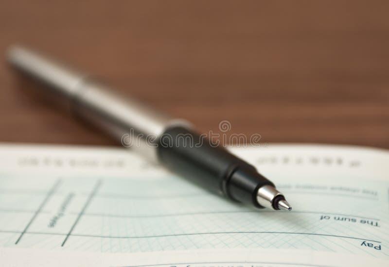 Escrevendo um cheque fotografia de stock