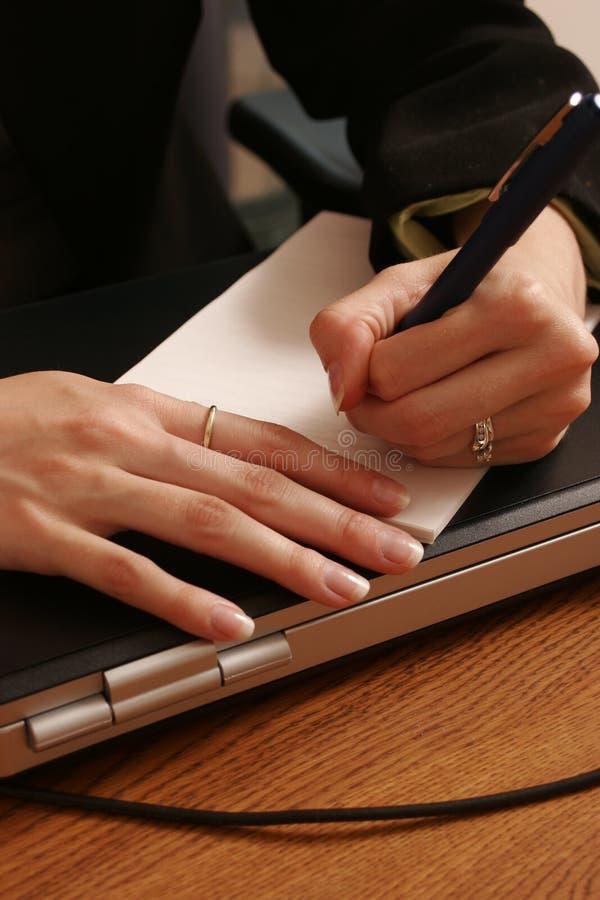 Escrevendo uma nota. imagem de stock