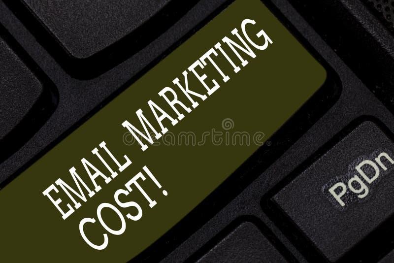 Escrever apresentar da foto do negócio do custo de mercado do e-mail da exibição da nota é o preço para enviar mil mensagens de c foto de stock royalty free