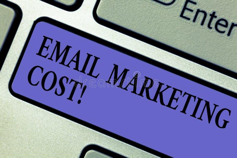 Escrever apresentar da foto do negócio do custo de mercado do e-mail da exibição da nota é o preço para enviar mil mensagens de c fotografia de stock royalty free