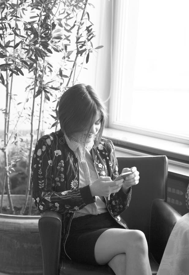 Escriba un mensaje en un teléfono móvil El dise?ar del negocio fotografía de archivo libre de regalías