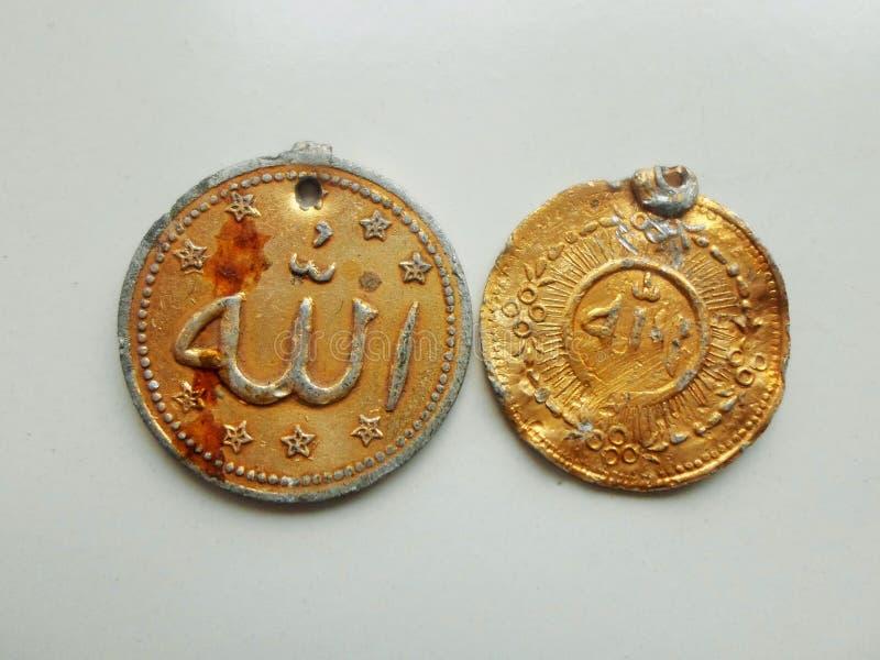 Escriben Alá en medallón de oro de la moneda fotografía de archivo