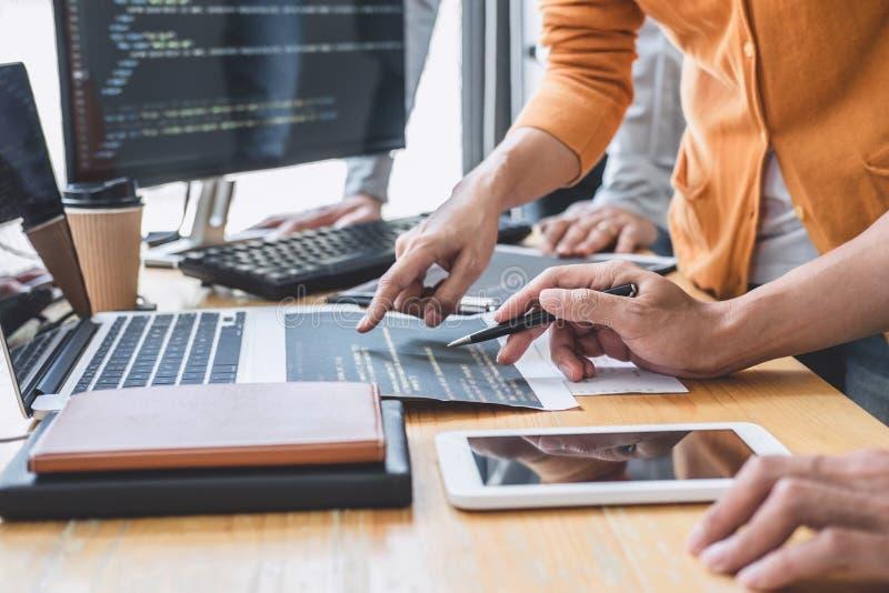 Escribiendo códigos y mecanografiando tecnología del código de datos, trabajo de cooperación del programador en proyecto de sitio imágenes de archivo libres de regalías