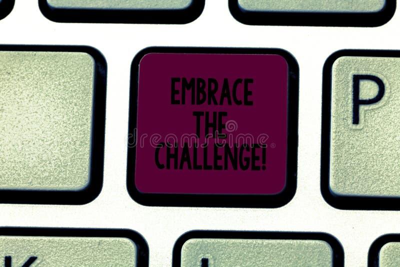 Escribiendo la demostración de la nota abrace el desafío Cara de exhibición de la foto del negocio cualquier ensayos que viene co fotografía de archivo
