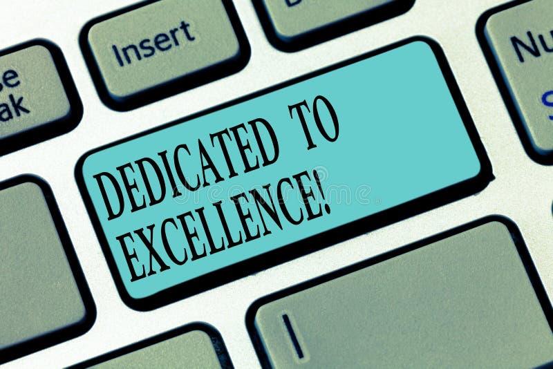 Escribiendo la demostración de la nota dedicada a la excelencia Foto del negocio que muestra un compromiso o una promesa de hacer fotografía de archivo libre de regalías