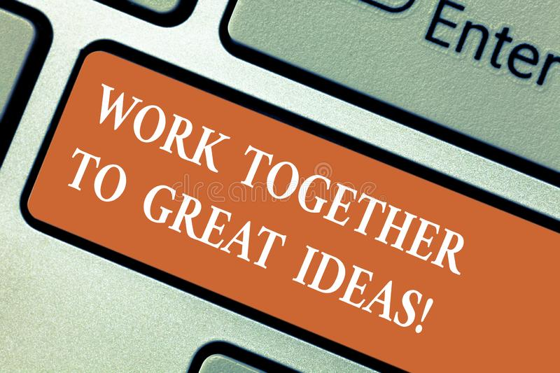 Escribiendo la nota que muestra el trabajo junto a las grandes ideas La exhibición de la foto del negocio hace un trabajo del equ fotos de archivo libres de regalías