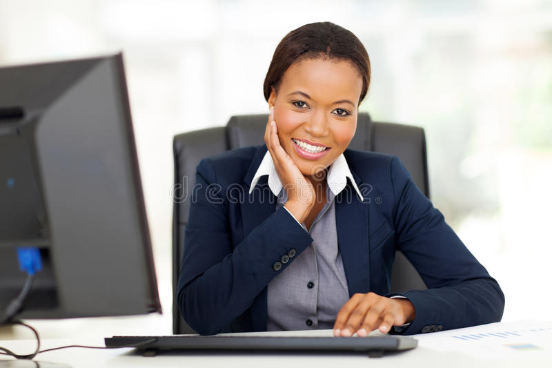 Escritório africano da mulher de negócios fotografia de stock royalty free