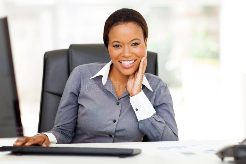 Escritório afro-americano da mulher de negócios foto de stock royalty free