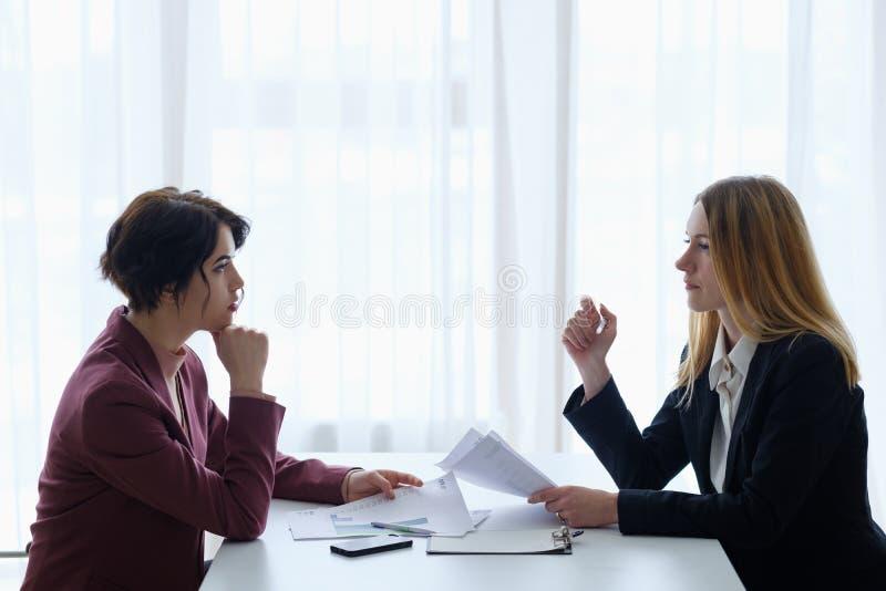 Escritório das mulheres de uma comunicação da negociação do negócio imagens de stock