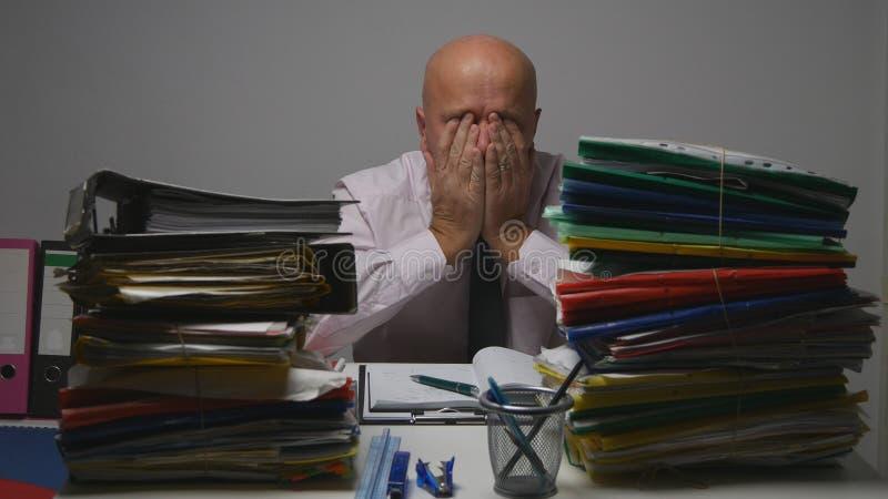 Escritório de contabilidade nervoso de Gesturing Upset In do homem de negócios fotografia de stock