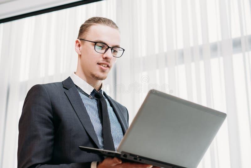 Escritório de gerente incorporado do trabalho do analista do negócio imagens de stock