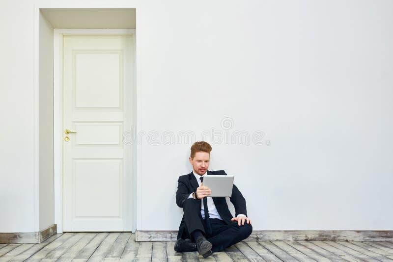 Escritório de Moving To New do homem de negócios fotografia de stock