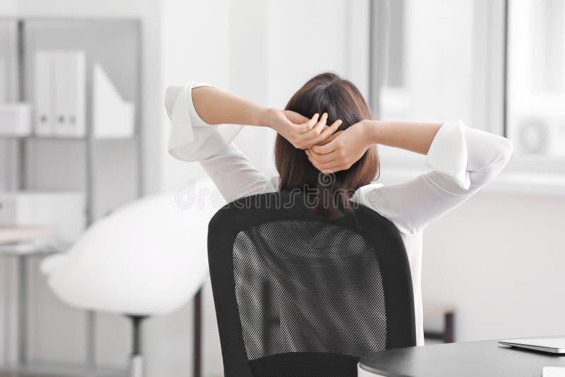Escritório de relaxamento novo da mulher de negócio foto de stock royalty free