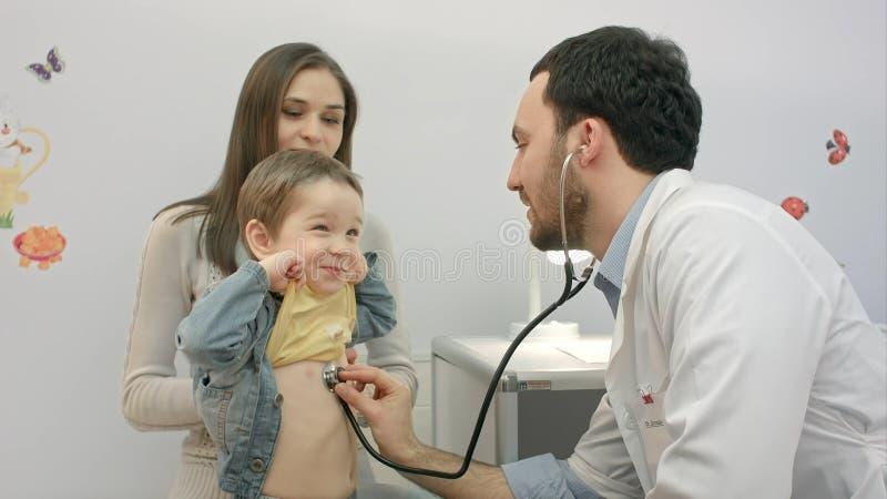 Escritório de visita paciente do ` s do doutor da criança foto de stock royalty free