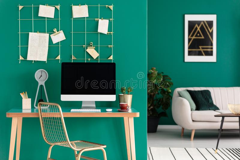 Escritório domiciliário com computador foto de stock