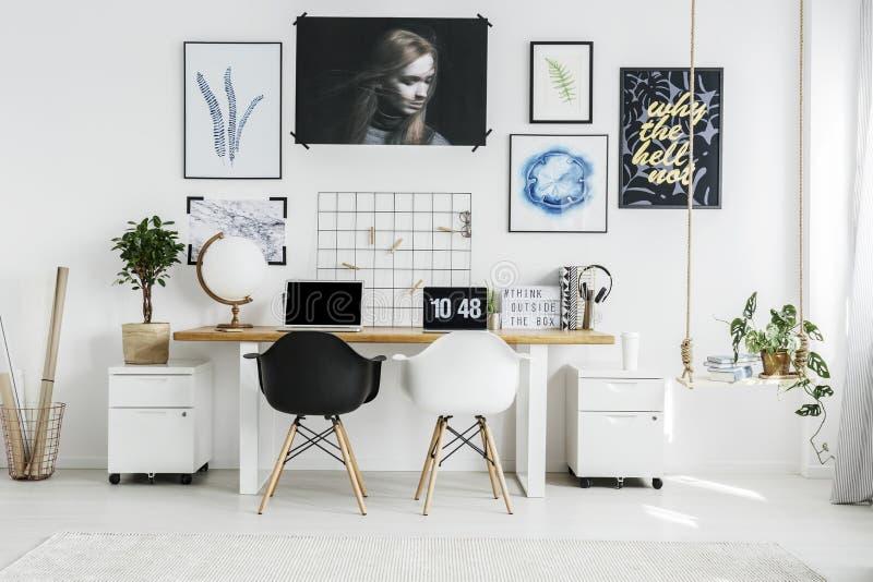 Escritório domiciliário com dois portáteis imagem de stock