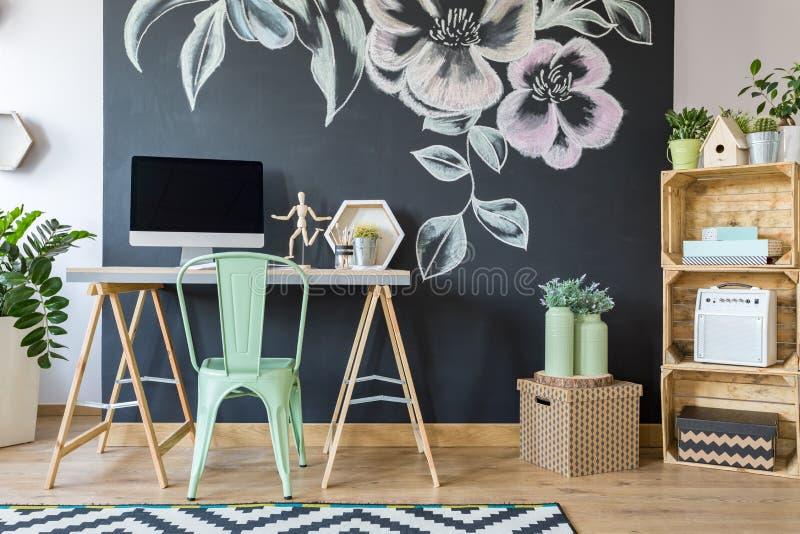 Escritório domiciliário moderno espaçoso do estudo fotos de stock royalty free