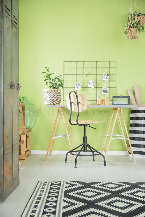 Escritório domiciliário verde com mesa imagem de stock royalty free