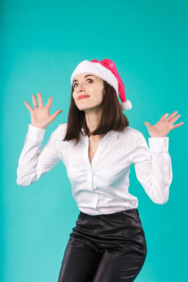 Escritório dos feriados de inverno do Natal do tema do ano novo de empregados da empresa do homem de negócios caucasiano novo da  foto de stock