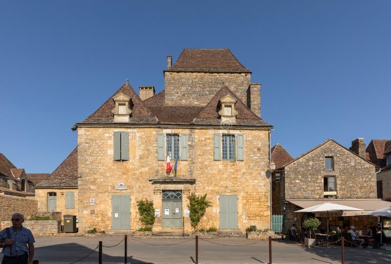 Escritório e câmara municipal de informações turísticas no centro da vila medieval de Domme, Aquitaine, França fotografia de stock royalty free