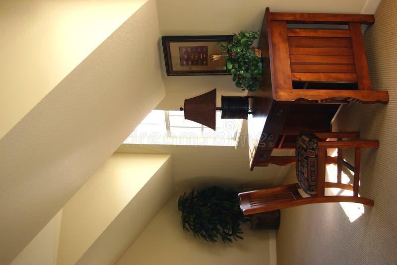 Escritório Home com mesa de madeira fotografia de stock royalty free