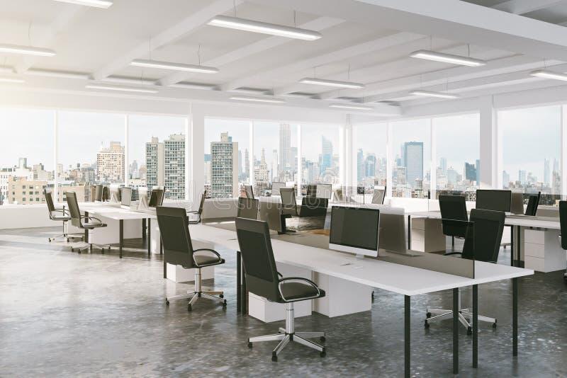 Escritório moderno do espaço aberto com opinião da cidade imagens de stock royalty free