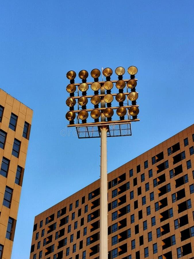 Escritório moderno que bulding com céu azul fotos de stock