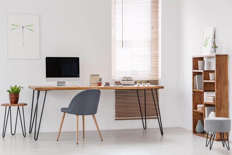 Escritório natural e brilhante de uma empresa start-up com furn de madeira fotos de stock