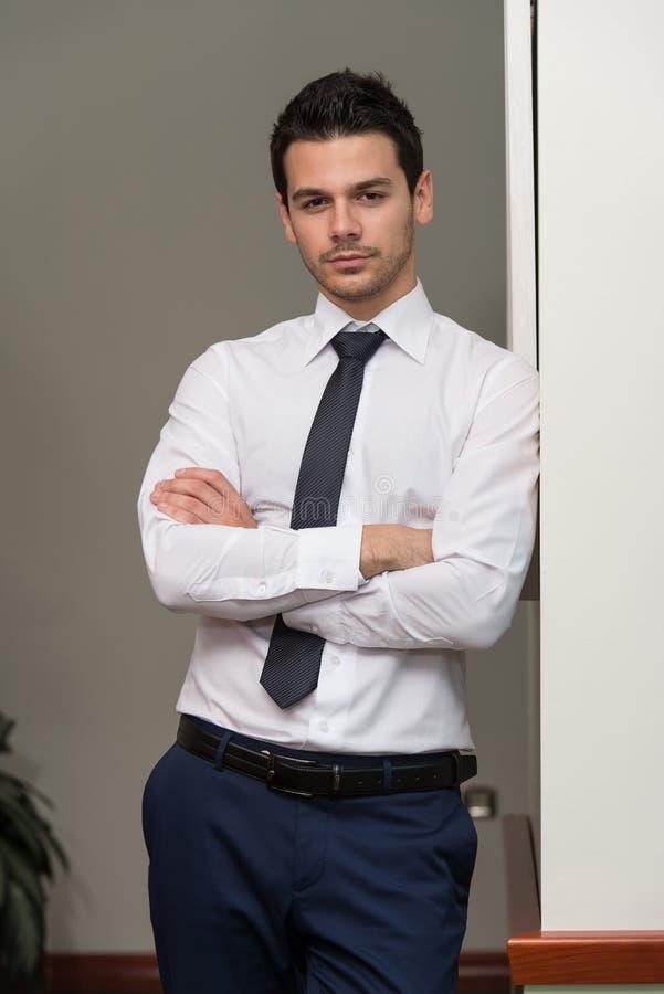 Escritório novo considerável de Portrait In His do homem de negócios fotografia de stock
