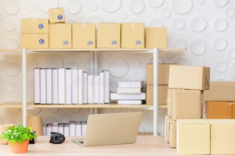 Escritório ou escritório domiciliário pequeno de envio com um portátil e um varredor de código de barras foto de stock royalty free