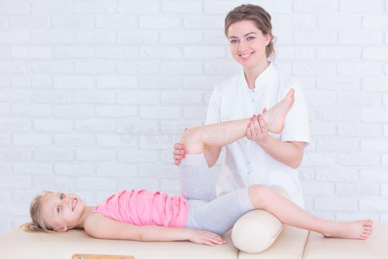 Escritório pediatra profissional e amigável da fisioterapia imagem de stock royalty free
