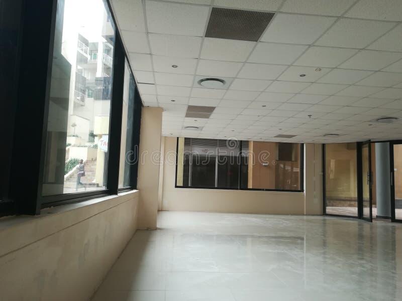 Escritório vago ou o espaço de escritórios abandonado sem os povos e a nenhuma mobília [12] fotos de stock royalty free