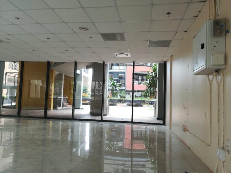 Escritório vago ou o espaço de escritórios abandonado sem os povos e a nenhuma mobília [13] fotografia de stock