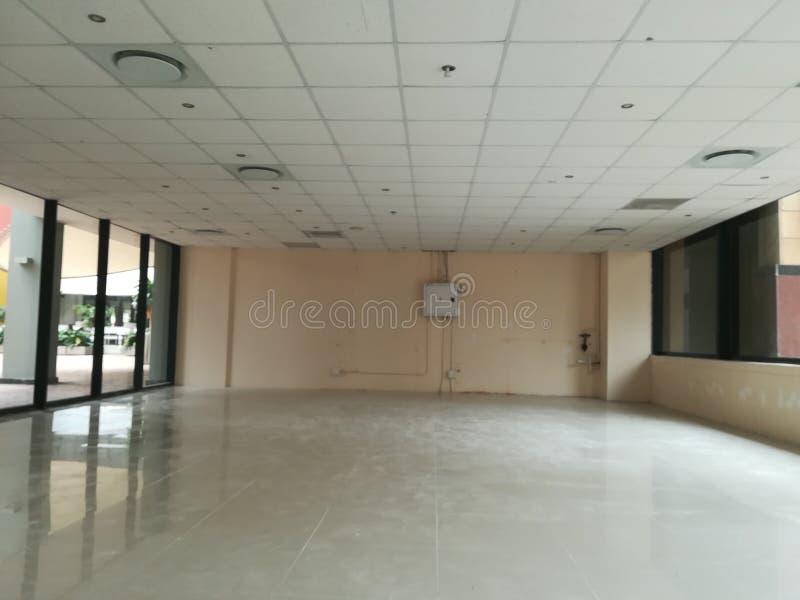 Escritório vago ou o espaço de escritórios abandonado sem os povos e a nenhuma mobília [15] fotografia de stock