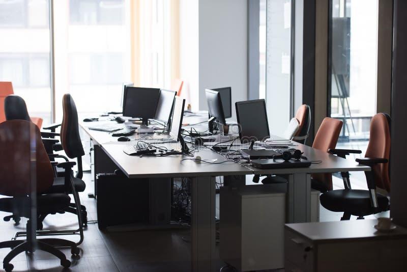Escritório vazio com computadores modernos fotos de stock royalty free