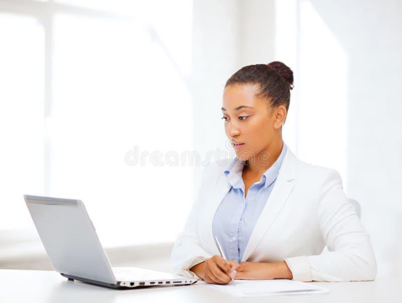 Escrita africana da mulher de negócios algo imagem de stock