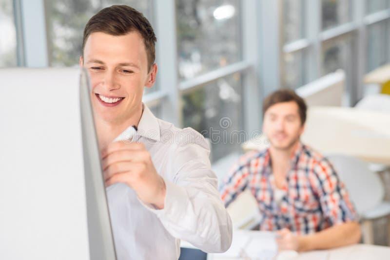 Escrita alegre do homem na placa ereta fotos de stock