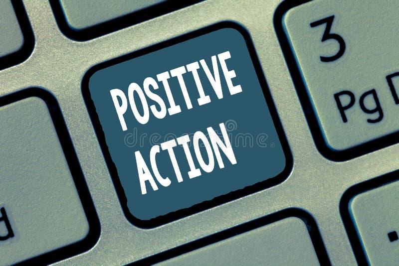 Escrita conceptual da mão que mostra a ação positiva Foto do negócio que apresenta fazendo a boa atitude contra determinado reac  imagem de stock royalty free