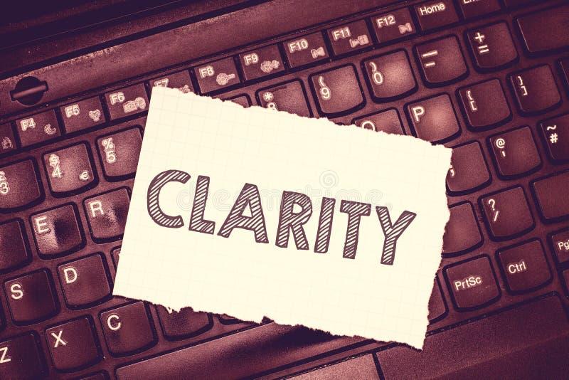 Escrita conceptual da mão que mostra a claridade Texto da foto do negócio que é ideias claras compreensíveis inteligíveis coerent foto de stock