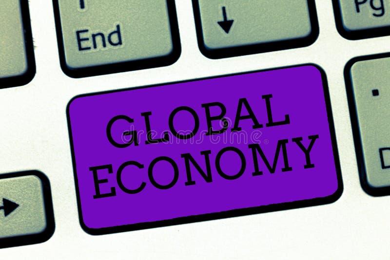 Escrita conceptual da mão que mostra a economia global Sistema de texto da foto do negócio de capitalismo da indústria e do comér imagens de stock