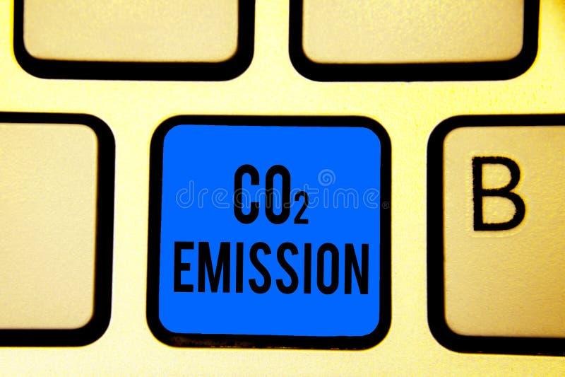 Escrita conceptual da mão que mostra a emissão de CO2 Liberação do texto da foto do negócio dos gáses de estufa na atmosfera ao l ilustração royalty free