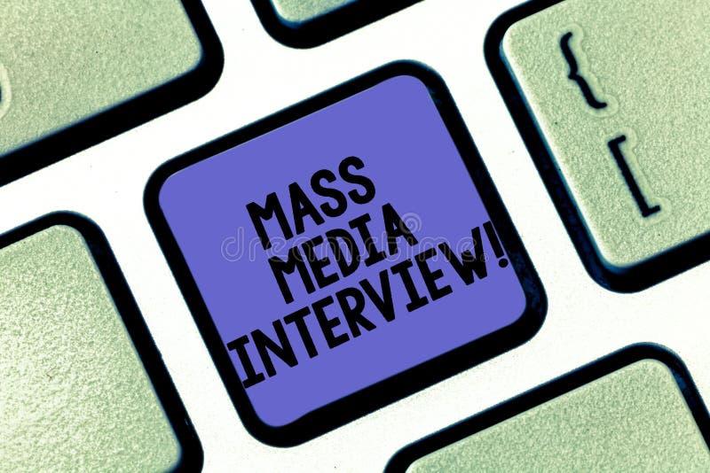 Escrita conceptual da mão que mostra a entrevista dos mass media Pergunta e resposta do texto da foto do negócio com a finalidade foto de stock royalty free