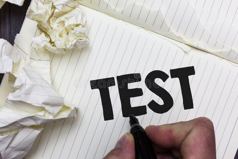 A escrita conceptual da mão que mostra a foto do negócio do teste que apresenta o procedimento sistemático acadêmico avalia o pro foto de stock royalty free