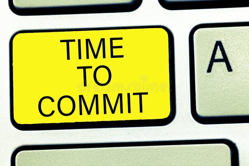 Escrita conceptual da mão que mostra a hora de cometer Acoplamento ou obrigação do texto da foto do negócio que restringem a libe imagem de stock