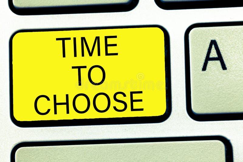 Escrita conceptual da mão que mostra a hora de escolher Texto da foto do negócio que julga os méritos de opções múltiplas e que s imagens de stock