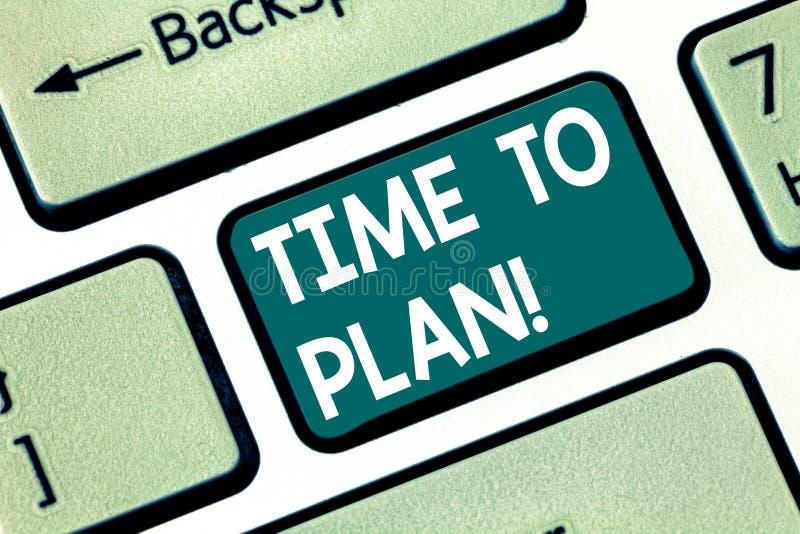 Escrita conceptual da mão que mostra a hora de planejar A preparação de texto da foto do negócio de preparar-se das coisas pensa  fotografia de stock royalty free