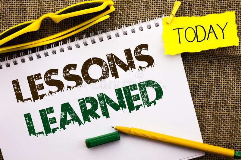 Escrita conceptual da mão que mostra lições instruídas Experiências apresentando da foto do negócio que devem ser tomadas em cons imagem de stock royalty free