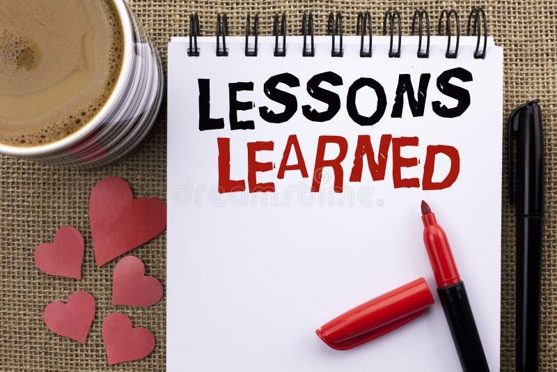 Escrita conceptual da mão que mostra lições instruídas Experiências apresentando da foto do negócio que devem ser tomadas em cons foto de stock royalty free