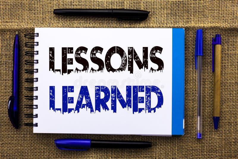 Escrita conceptual da mão que mostra lições instruídas Experiências do texto da foto do negócio que devem ser no futuro w tomado  imagem de stock royalty free