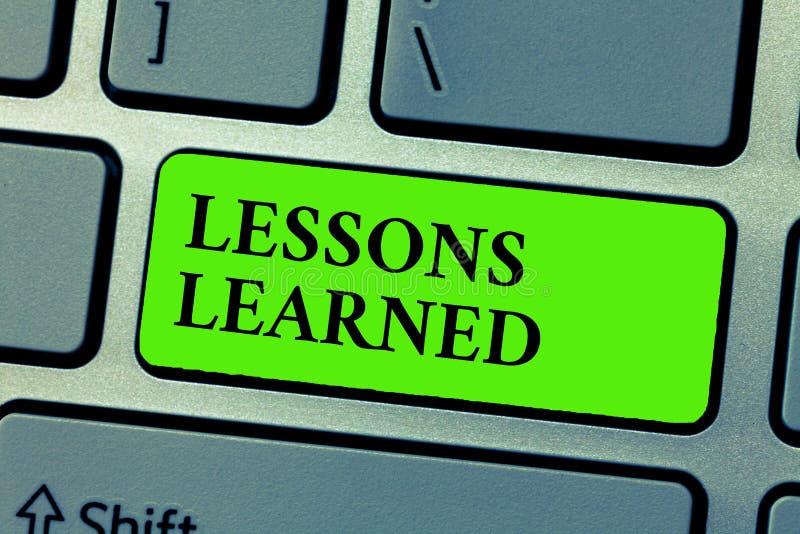 Escrita conceptual da mão que mostra lições instruídas O texto da foto do negócio promove a parte e usa o conhecimento derivado p foto de stock